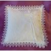 Gyűrűpárna fehér csipke díszítéssel (20x20 cm)