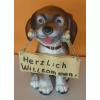 Kutya-üdvözlő táblával-ülő