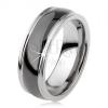 Fekete tungsten gyűrű, mérsékelten kidombordó, fényes felület, ezüst színű szélek