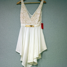 Fehér csipkés mini ruha arany övvel - Egy méret