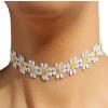 Nyakra feszülő virágos nyaklánc