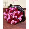 Vörös és rózsaszín rózsák körcsokorba kötve